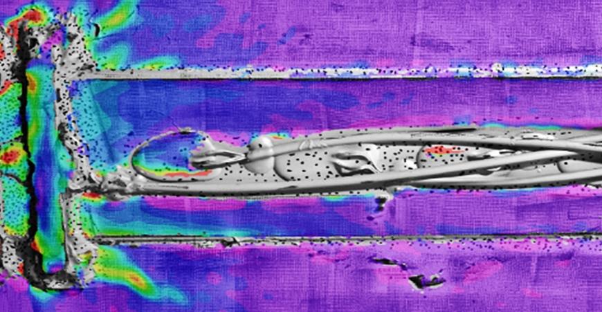 Das Empa-Team hat für die neue Methode eigens U-förmige Bügel aus CFK entworfen (links im Bild). Die Farben zeigen die Belastung des Materials an: gelb bedeutet eine hohe Belastung; rot die stärkste.